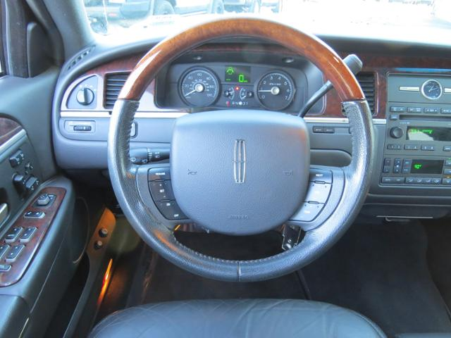 Pre Owned 2006 Lincoln Town Car Signature Limited 4dr Car In